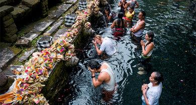 Reinigung des Geistes: Gläubige waschen sich auf Bali, Indonesien