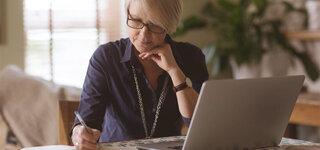 Frau Seniorin Computer