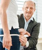 Professor Norbert Stefan, Diabetes-Experte, demonstriert das Messen des Hüftumfangs