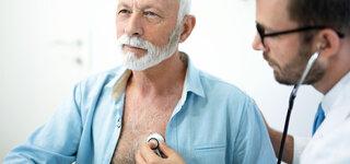 Arzt hört Patienten mit Stethoskop ab