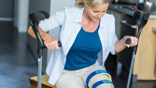 Gehhilfe Krücken Knochenbruch Schiene