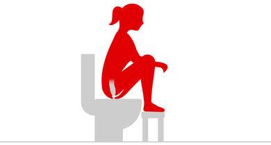 Stellen Sie Ihre Füße während des Stuhlgangs auf einen Toilettenhocker. Das erleichtert den Stuhlgang.