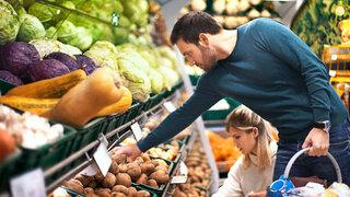 Paar kauft im Supermarkt Gemüse ein