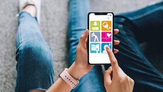 Smartphone in der Hand: Apps auf Rezept