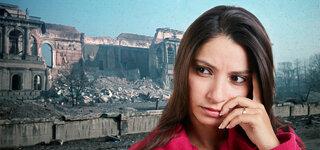 Junge Frau vor Trümmern