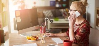 Coronavirus Zuhause Arbeiten Computer Homeoffice Telefon Frau Telefonieren Arbeiten Soziales Ausgangssperre