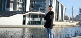 Korrespondentin Tina Haase vor dem Marie-Elisabeth-Lüders-Haus in Berlin
