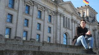 Korrespondentin Tina Haase vor dem Reichstagsgebäude in Berlin