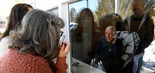 Coronavirus Alzheimer Angehörige Kontakt Besuch Telefonieren Scheibe Trennung Getrennt