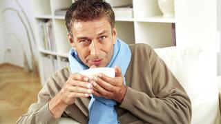 Um homem bebe chá