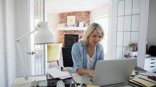 Coronavirus Homeoffice Frau Arbeiten Zuhause Laptop Wohnzimmer
