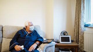 Senior Sofa Wohnzimmer Pflege Corona Maske