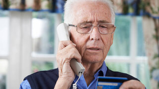 Coronavirus Senior Telefonieren EC Karte Betrüger Zuhause Wohnzimmer