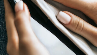Frau reinigen Handy Display Close Hände