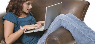 Junge Frau beim Surfen im Internet