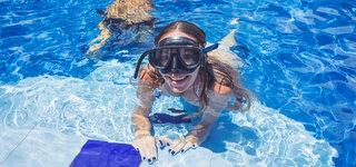 Badeurlaub Frau im Schwimmbad