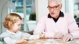 Senior spielt mit Kind