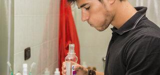 Mann macht Mundspülung