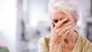 Seniorin mit Schwindelgefühl durch Unterzucker