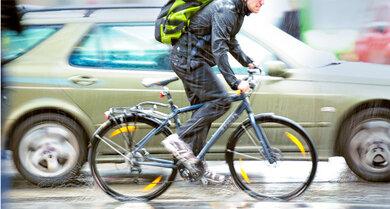 Rutschiger Asphalt: Bei Regen besonders umsichtig radeln