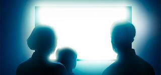 Binge Watching: Familie vor dem Fernseher