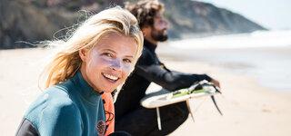 Sonnenschutz beim Sport Surfer Strand Gesicht Paar