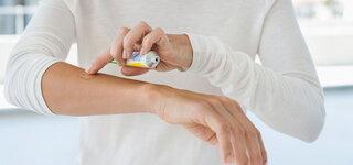 Gel richtig anwenden: Frau verteilt Gel auf ihrem Arm
