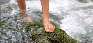 Barfuß laufen im Wasser