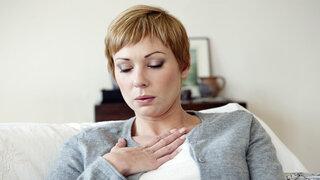 Engere Atemwege könnten COPD Risiko erhöhen Frau Asthma Atemnot