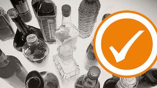 Alkoholismus: verschiedene Flaschen Alkohol