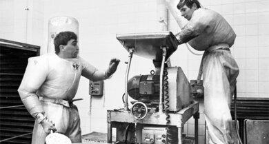 Hormone in Produktion: Arbeiter 1968 in der Pharmafirma Searle