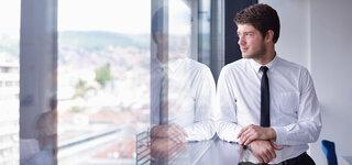 Coronavirus Mann lehnen Fenster Business Geschäftsmann herausschauen erholen lässig Pause
