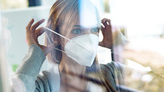 FFP2 Masken öffentliche Verkehrsmittel Schutzmaske COVID19 Frau Bus Bahn Ansteckung Verhindern