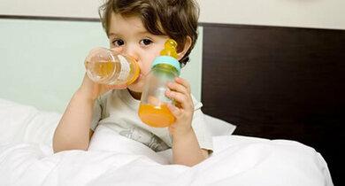 Häufiges Nuckeln von fruchsäurehaltigen Getränken kann schon bei Kindern Karies auslösen