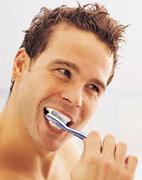 Wer regelmäßig seine Zähne pflegt, schützt sich vor Parodontitis und Karies