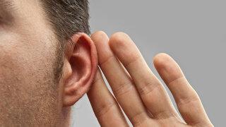 Typische Symptome bei Hörsturz sind plötzlicher Hörverlust und Druck auf einem Ohr