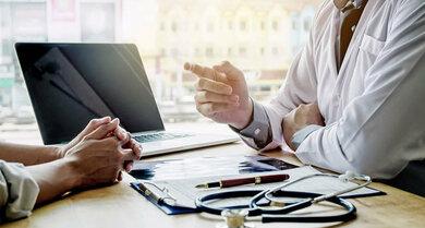 Auch bei chronischen Schulterproblemen ist das Arztgespräch für die Diagnose wichtig
