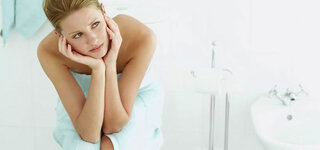 Junge Frau im Badezimmer