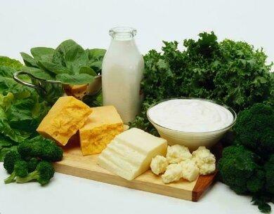 Gute Kalziumquellen: Milchprodukte, grünes Gemüse