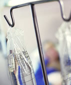 Zur Therapie bei Knochenkrebs (Osteosarkom) kommt oft eine Chemotherapie zum Einsatz