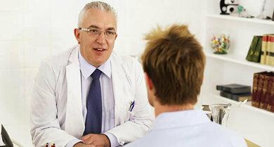 Bei der Erstuntersuchung kann der Arzt meist schon einschätzen, welche Art von Rückenschmerzen einen Patienten plagen