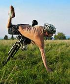 Meist entsteht die Verletzung durch einen direkten Sturz auf die Schulter oder den ausgestreckten Arm