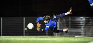Torwart versucht Ball zu fangen