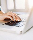 Aufstützen der Handballen vor der Tastatur kann einer Sehnenscheidenentzündung vorbeugen