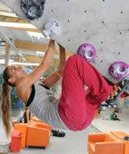 Klettern gehört zu den typischen Sportarten, die eine Sehnenscheidenreizung auslösen können