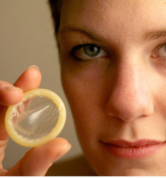 Frau hält Kondom in der Hand