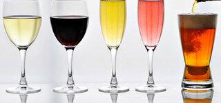 Gläser mit Wein und Bier