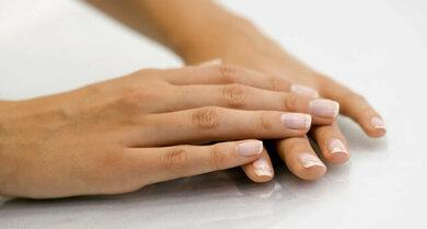 Der Hautarzt achtet auch auf die Nägel
