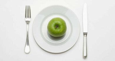 Bei radikaler Diät kann es zu Nährstoffmangel kommen, der auch am Haar Spuren hinterlässt