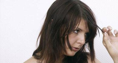 Sich wiederholt die Haare auszureißen, kann einem Zwang entspringen oder eine Art Ventil sein – bis hin zu kahlen Stellen